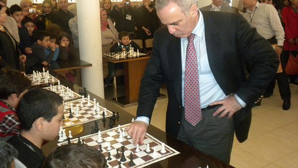 Kasparov, sjakkbrikker og forsvarsløse barn. Art imitates life.