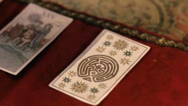 Oooh. Du trakk «labyrinten». Et meget mektig kort. Det betyr at du vil bruke resten av livet ditt på å spekulere i meningsløse fan-teorier som om øya i Lost egentlig er skjærsilden, eller om Even bare eksisterer i Isaks hode.