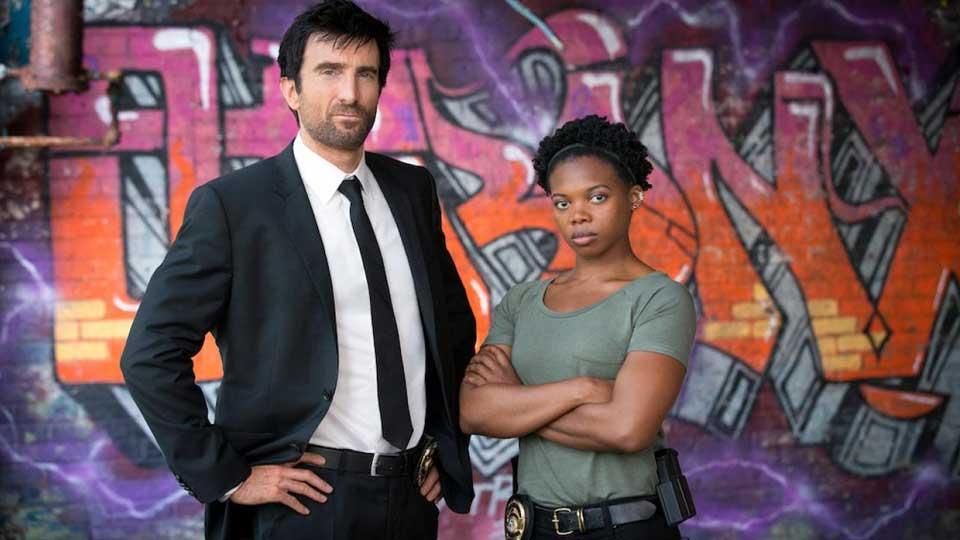Sharlto Copley og Susan Heyward i «Powers».